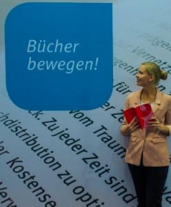 Bücher bewegen - Frau auf Frankfurter Buchmesse