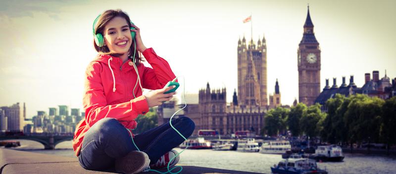 Junge Frau lernt mit Englisch Audio-Sprachkurs in London