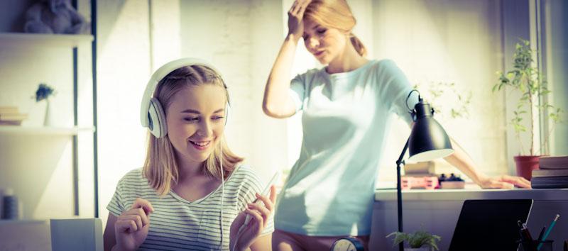 Teenager beim Sprachenlernen mit Kopfhörer
