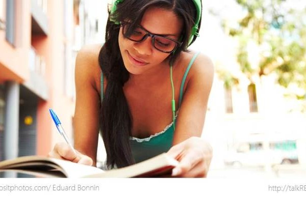 Junge Frau lernt mit Langenscheidt Premium-Kurs