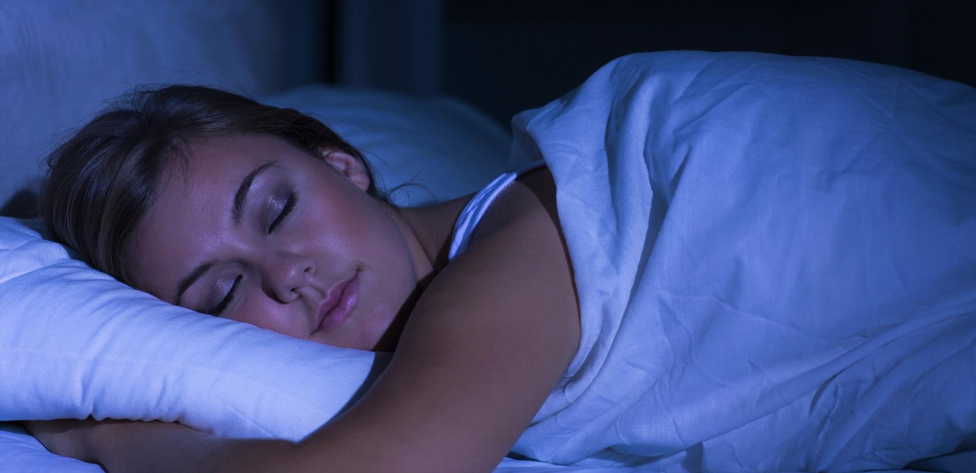 Frau lernt Sprachen im Schlaf
