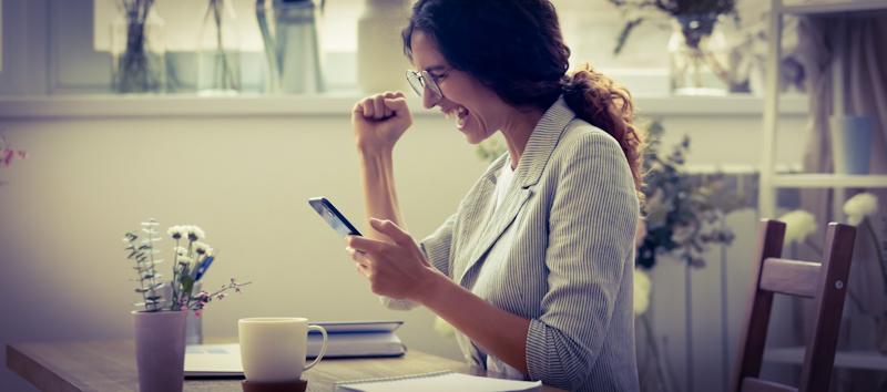 Frau lernt mit Vokabeltrainer am Handy