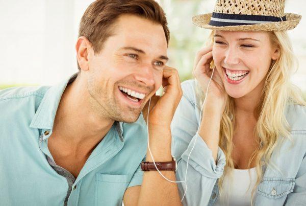 Mann und Frau lernen mit Jicki