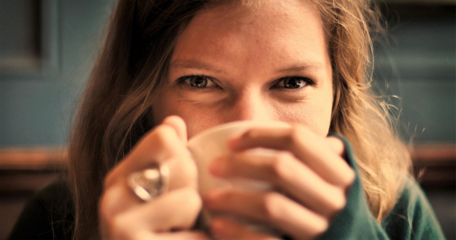 Madel beim Kaffee trinken und Sprachaufgaben machen