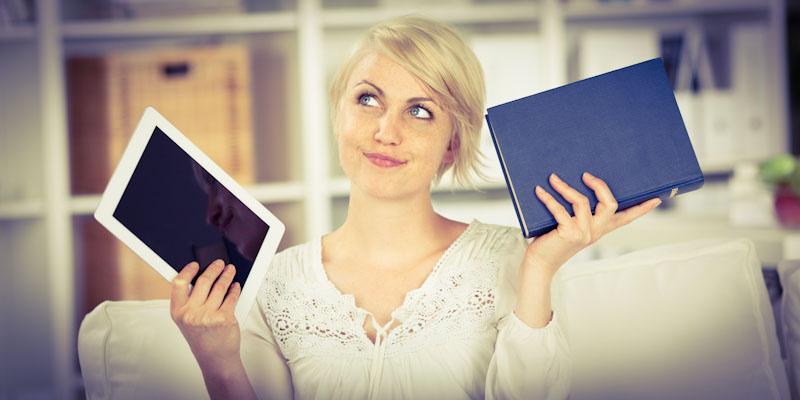 Frau unterscheidet zwischen Tablet oder Buch