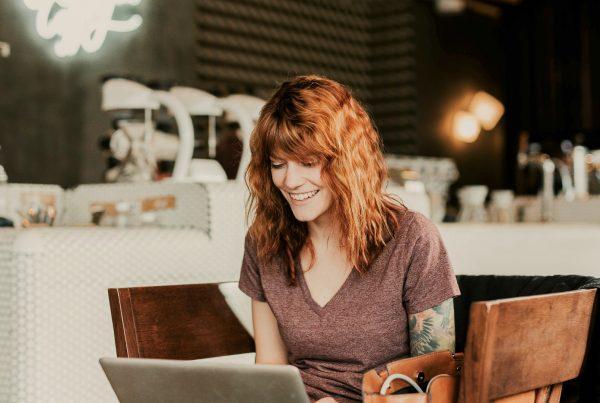 Frau lernt im virtuellen Klassenzimmer