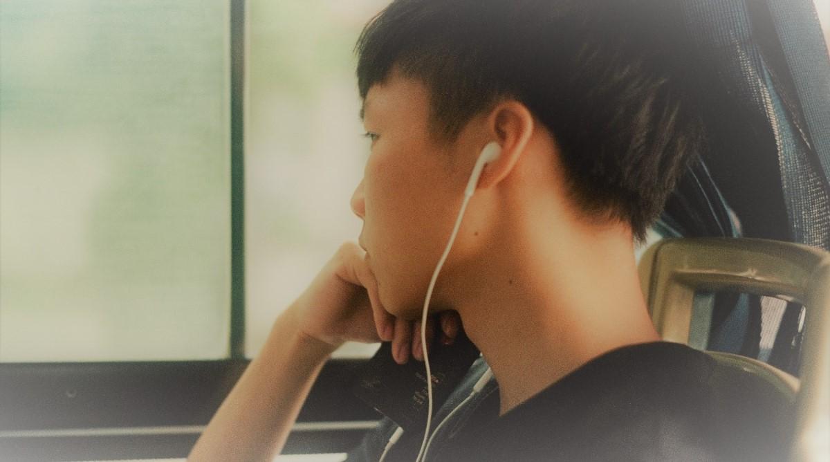 Junger Mann lernt mit PONS Audio-Sprachkurs