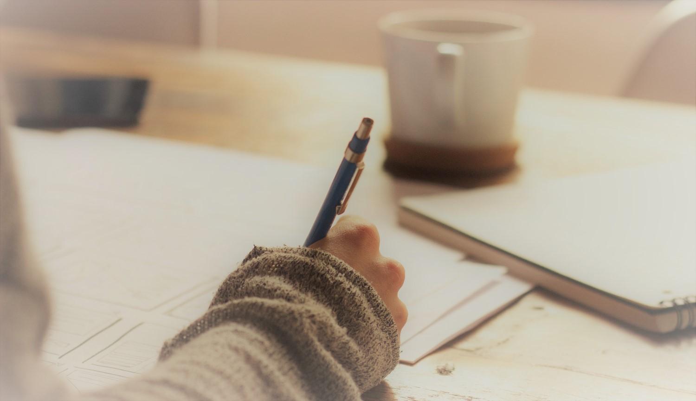 Frau schreibt und lernt mit der Birkenbihl-Methode