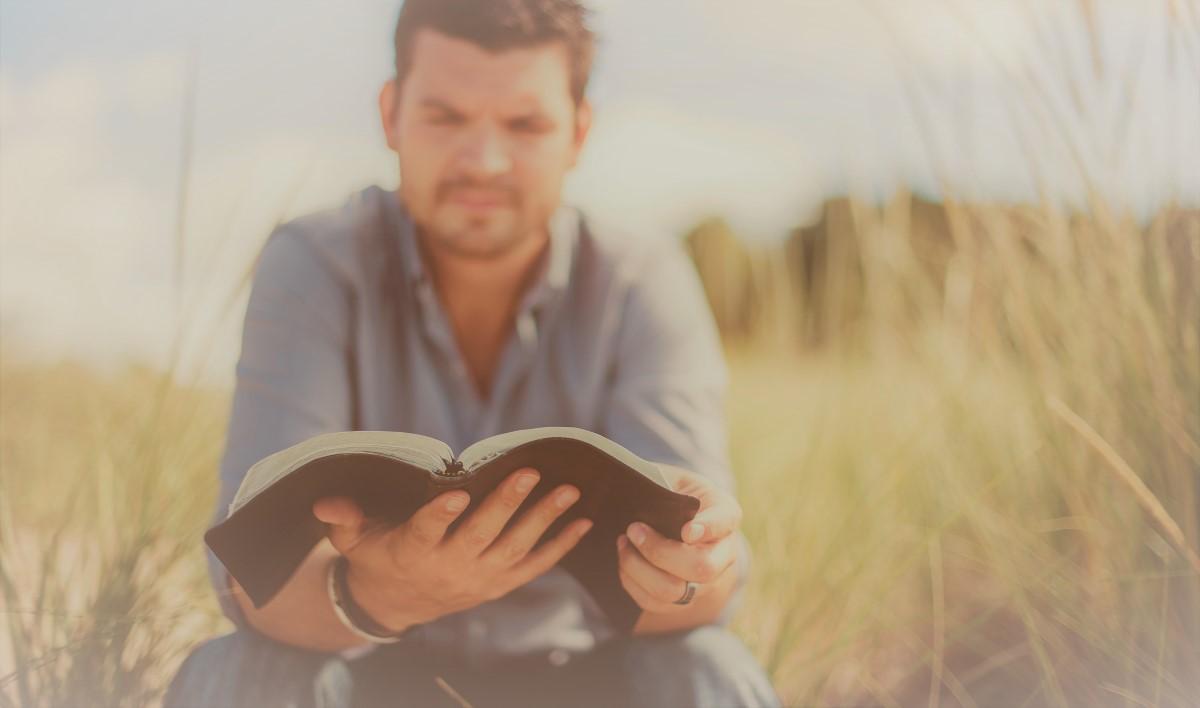 Mann liest Buch von Oliver Geisselhart