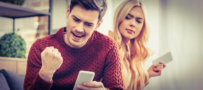Frau und Mann lernen mit Sprachlern-Apps auf dem Handy