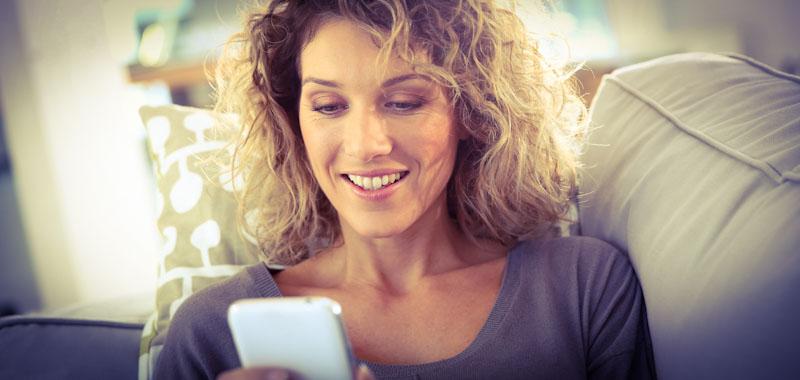 Frau testet Drops App am Handy