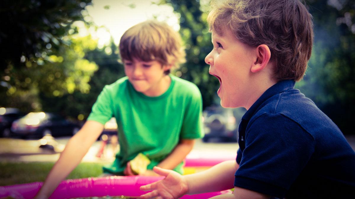 Kinder lernen und sprechen zwei Sprachen