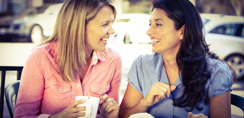 Zwei Frauen sprechen in Fremdsprache