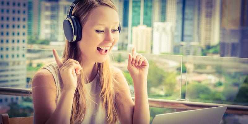 Junge Frau lernt mit LinguaTV Videosprachkurs