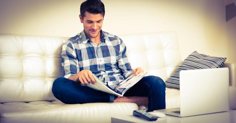 Mann trainiert sein Leseverständnis durch Lesen