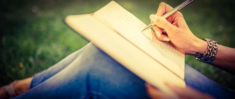 Frau lernt Sprache durch Schreiben