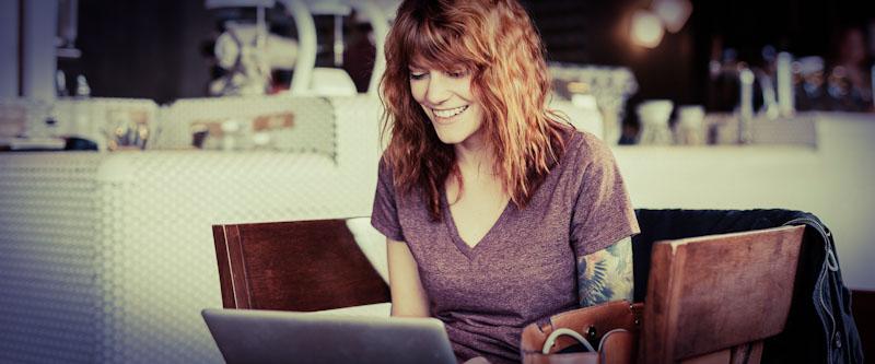 Frau lernt im virtuellen Klassenraum mit Laptop.