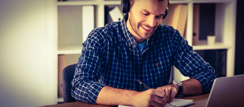 Mann lernt Fremdsprache mit italki