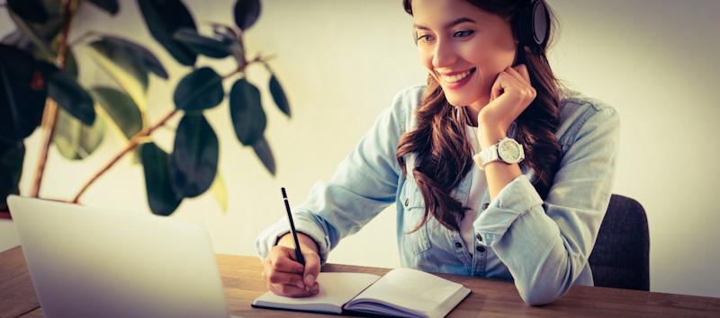 Frau lernt Sprachen mit Preply