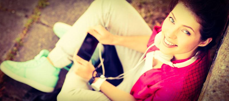 Mädchen testet Beelinguapp auf dem Handy
