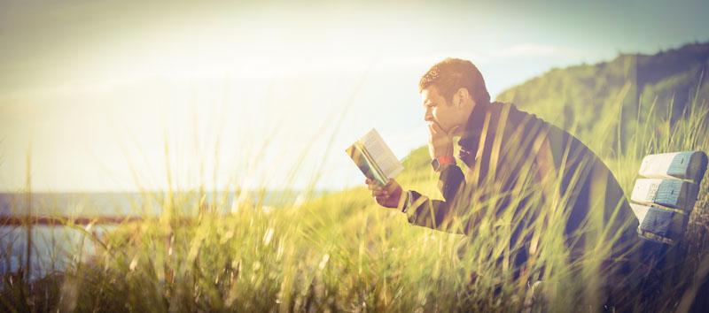 Mann nutzt extensive reading zum Sprachenlernen