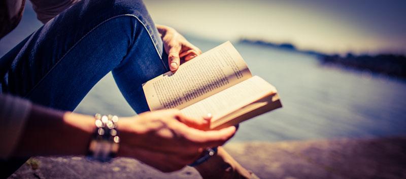 Frau liest Lernkrimi