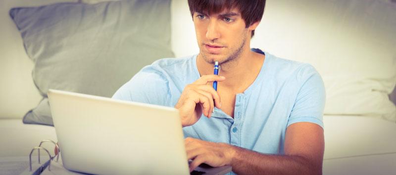 Junger Mann lernt mit Sprachenlernen24