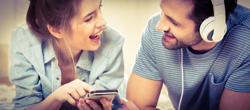 Mann und Frauen lernen mit PONS Audio-Sprachkurs