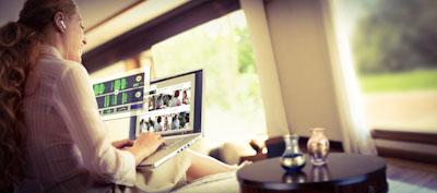 Frau testet Rosetta Stone am Laptop