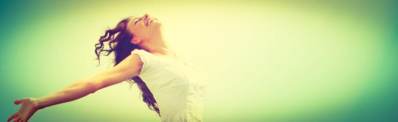 Frau ist glücklich, da sie erfolgreich Sprache gelernt hat