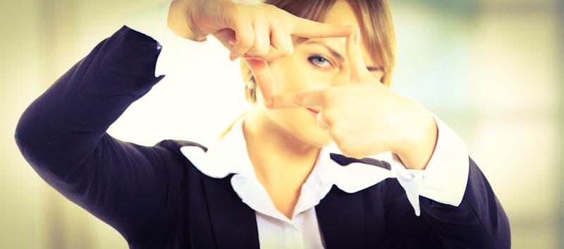 Frau zeigt ihren Lerntyp mit Fingern