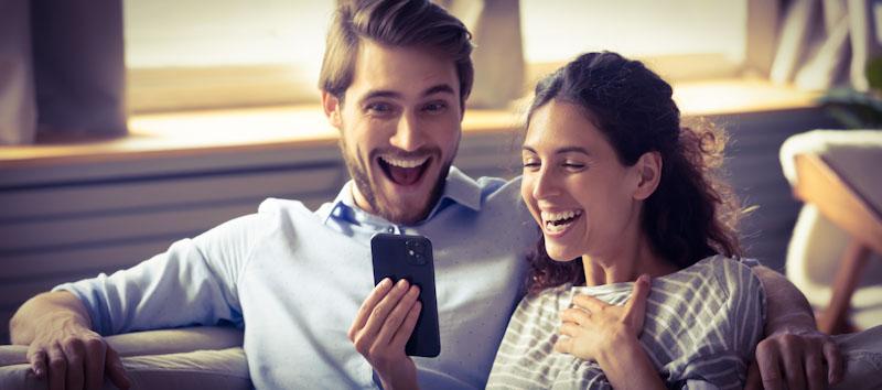 Mann und Frau testen Sprachkurse auf dem Handy
