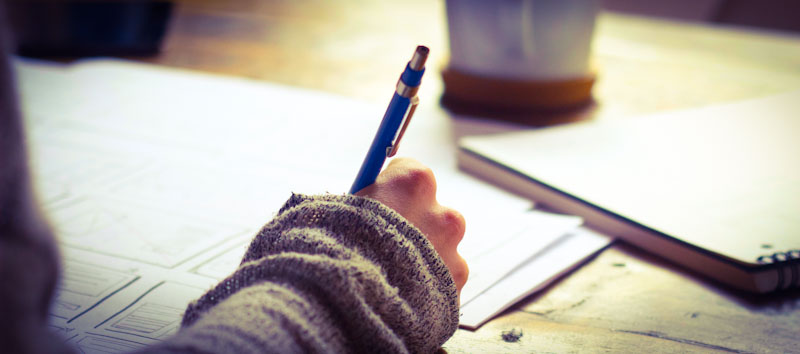 Frau schreibt und nutzt Birkenbihl-Methode
