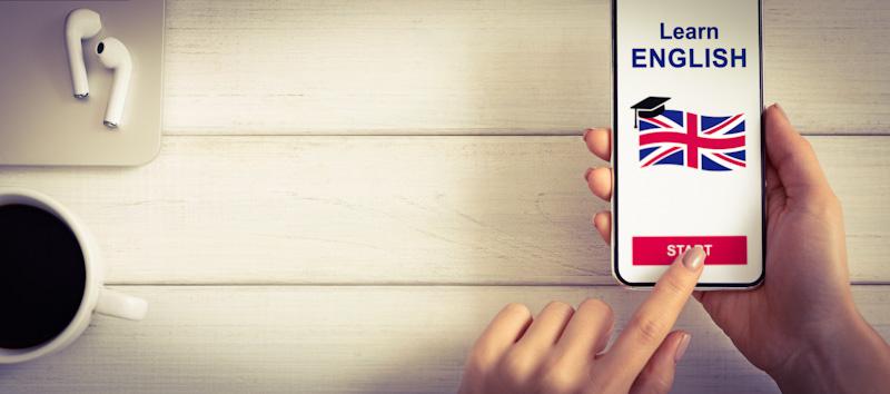 Frau lernt mit Online Englisch Sprachkurs auf dem Handy
